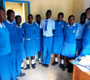 Studenten van de Nyandiwa Secondary School, gesponsord door Imani Belgium, netjes uitgedost in schooluniform.
